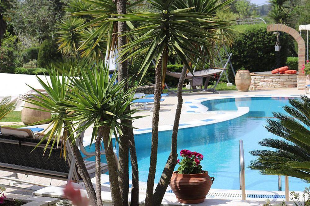Uitzicht op het zwembad bij Mary Helen Apartments of in de buurt