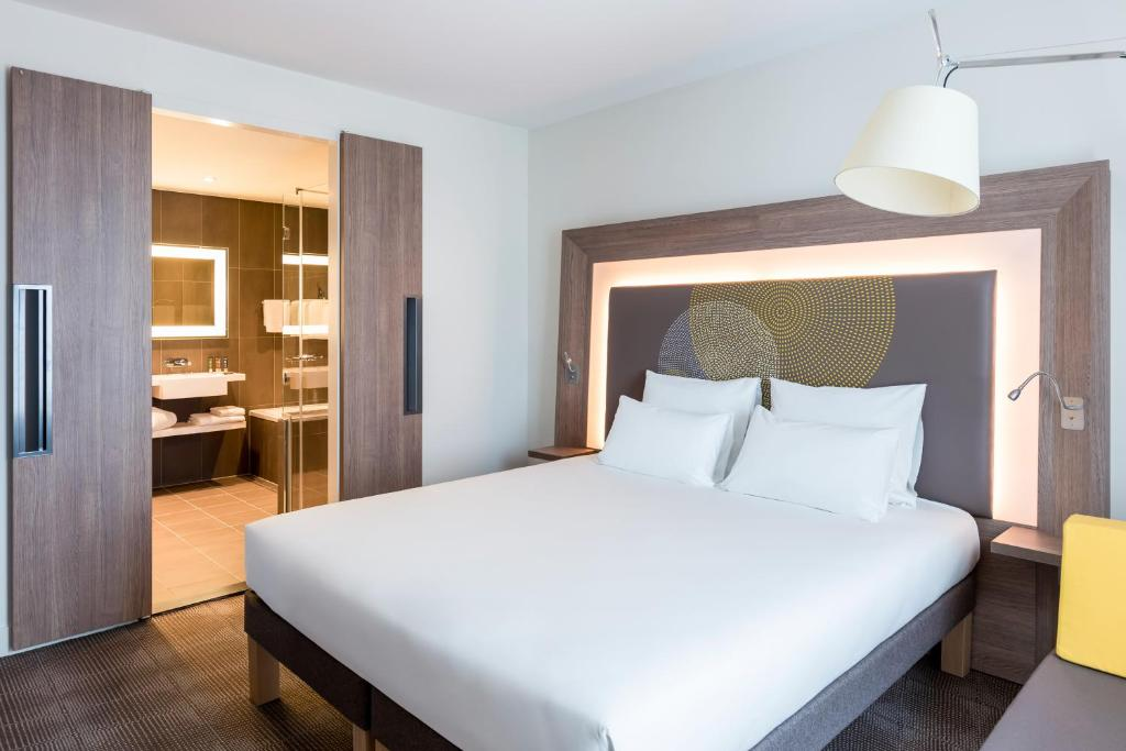 A bed or beds in a room at Novotel Amsterdam Schiphol Airport