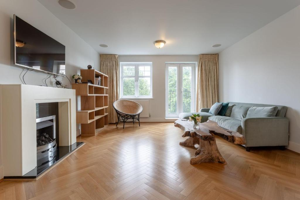 A seating area at 3 Bedroom Home In The Heart Of Wimbledon