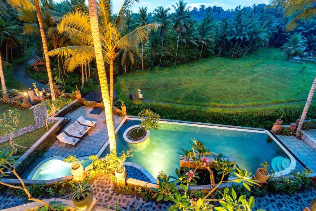 Uitzicht op het zwembad bij Umasari Rice Terrace Villa of in de buurt