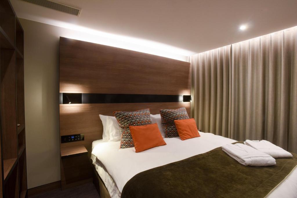 Tempat tidur dalam kamar di Merit Kensington Hotel