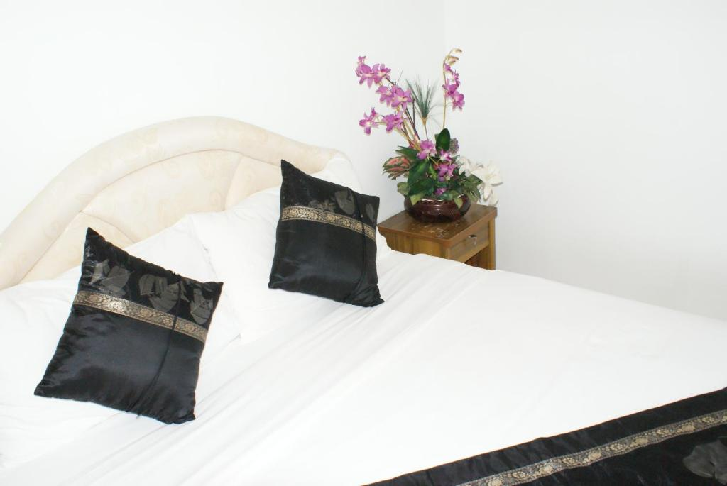 A bed or beds in a room at Moon House