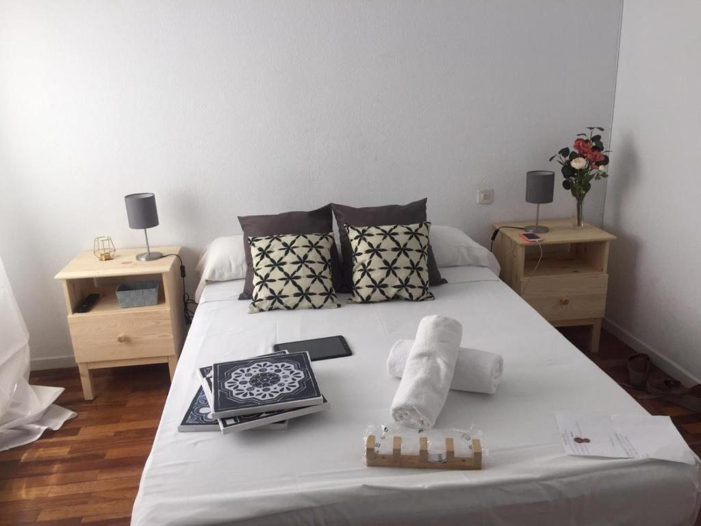 A bed or beds in a room at Valverde Rooms