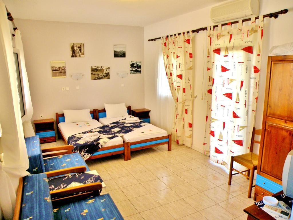 Un pat sau paturi într-o cameră la Studios Elina