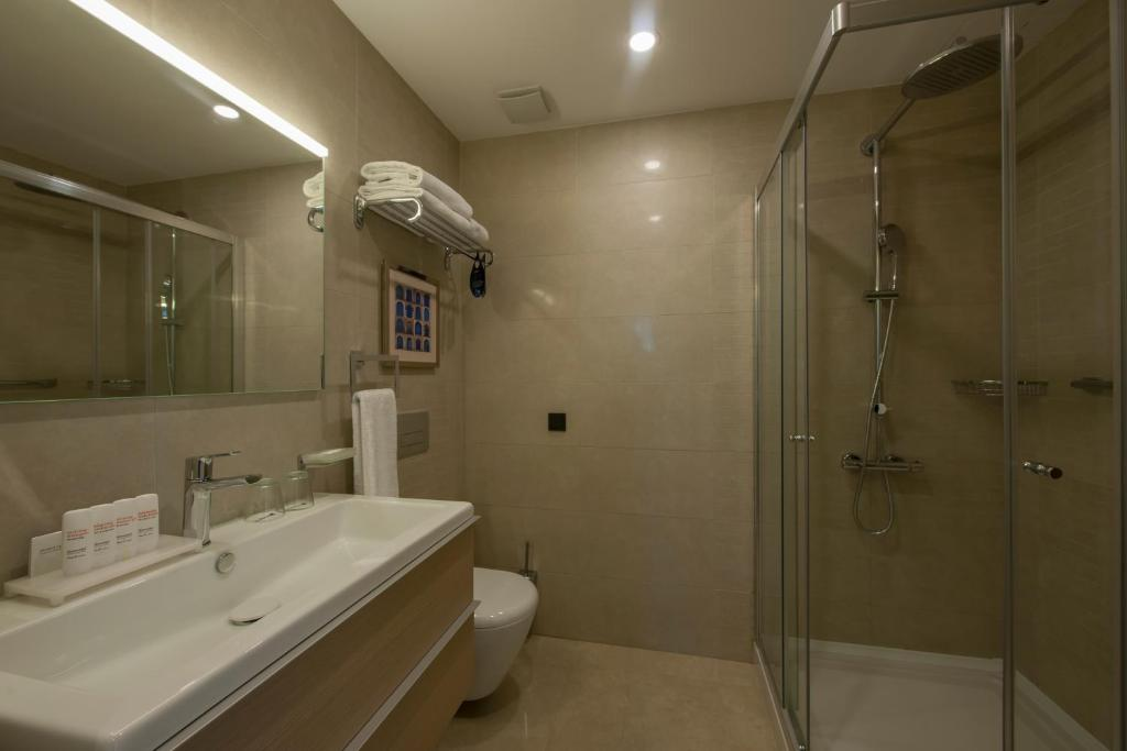 A bathroom at Radisson Blu Residence, Istanbul Batisehir