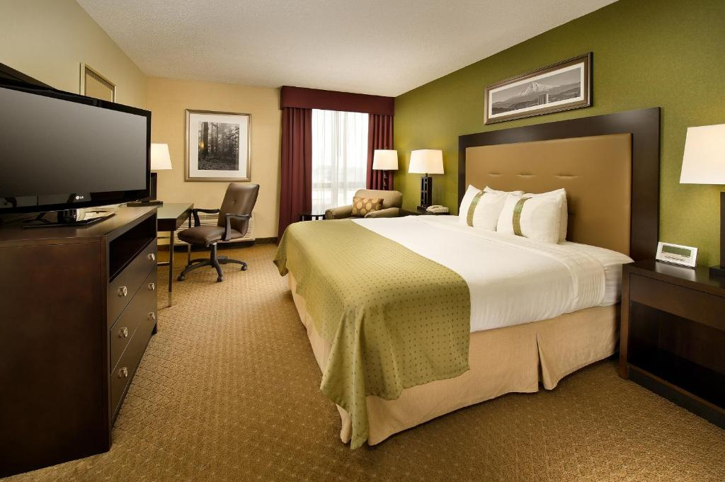 A Bed Or Beds In Room At Holiday Inn Portland Airport I 205