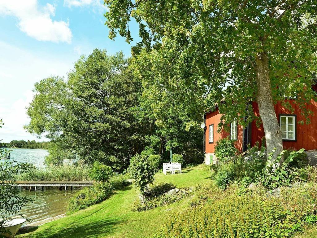 En trädgård utanför Two-Bedroom Holiday home in Mariefred