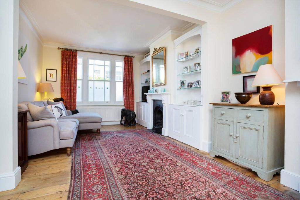 A seating area at Characterful 2 double bedroom Fulham cottage.