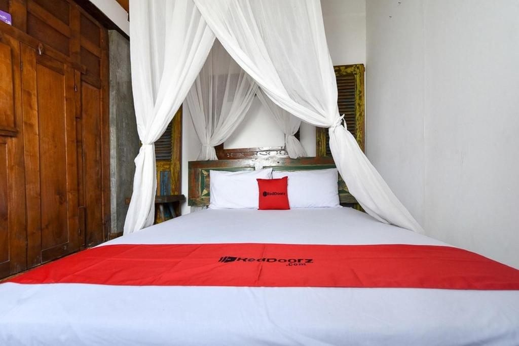 A bed or beds in a room at RedDoorz near Jimbaran Beach
