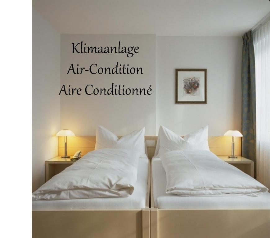 A bed or beds in a room at Landgasthof Leuen