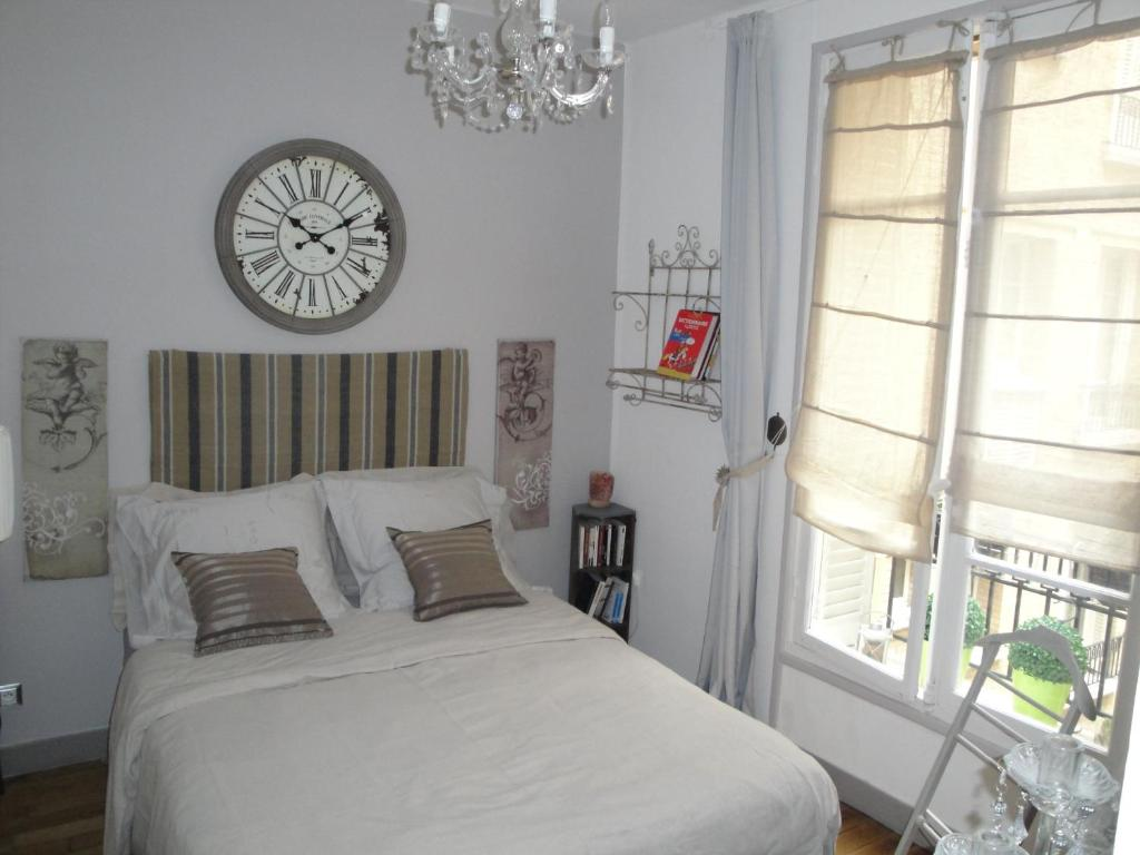 A bed or beds in a room at Almeria Garden Apartment