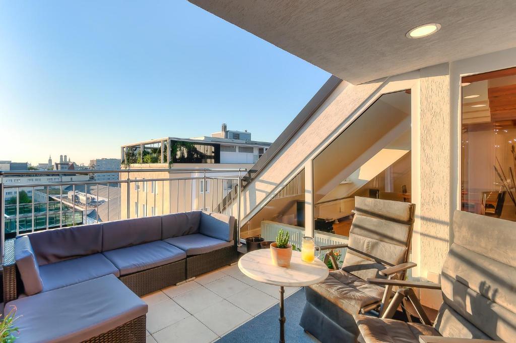 apartment penthouse suite gasteig munich germany. Black Bedroom Furniture Sets. Home Design Ideas