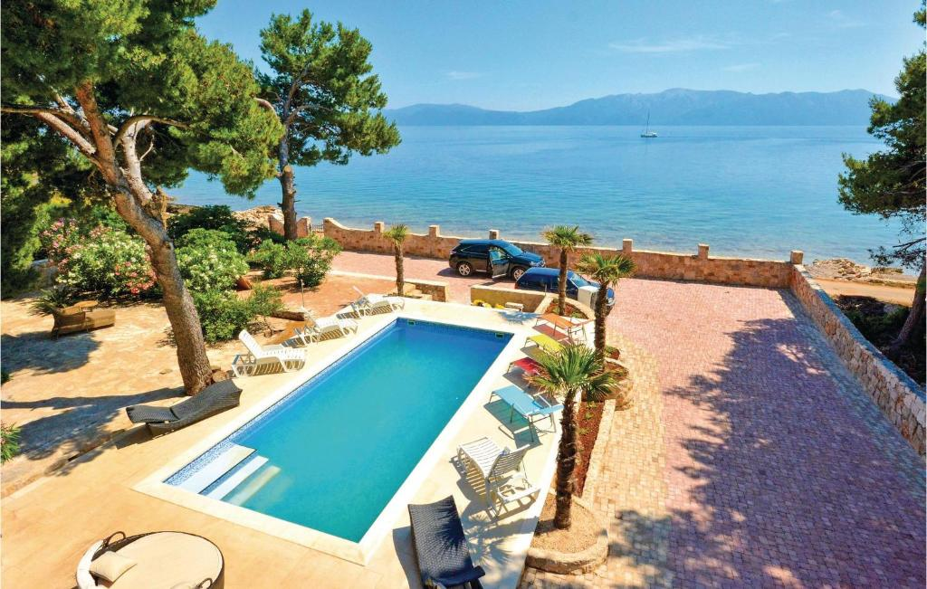 Vista sulla piscina di Holiday Home Sucuraj 04 o su una piscina nei dintorni