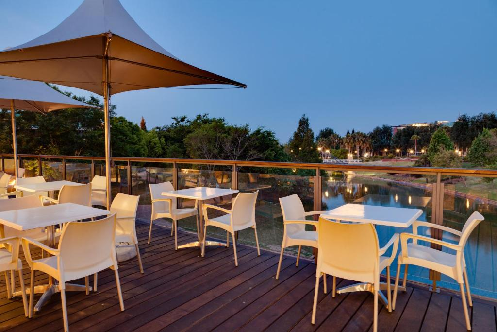 A restaurant or other place to eat at Protea Hotel by Marriott Roodepoort