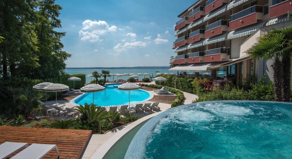 Бассейн в Hotel Continental Thermae & Spa или поблизости