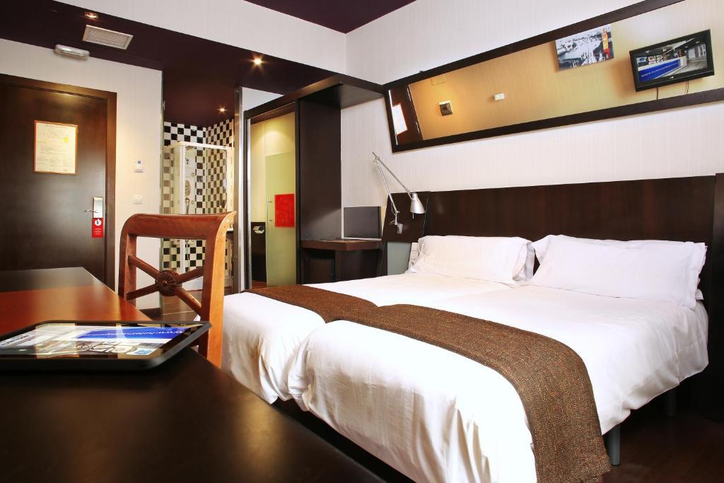 Кровать или кровати в номере Hotel Avenida Gran Vía