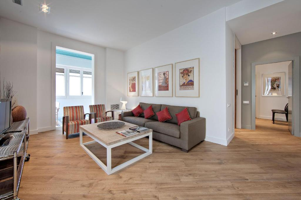 A seating area at Habitat Apartments Rambla Deluxe
