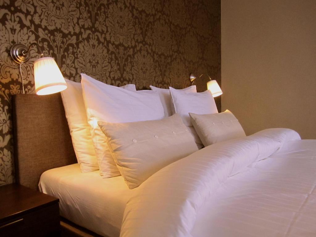 A bed or beds in a room at Hotel Belle-Vie