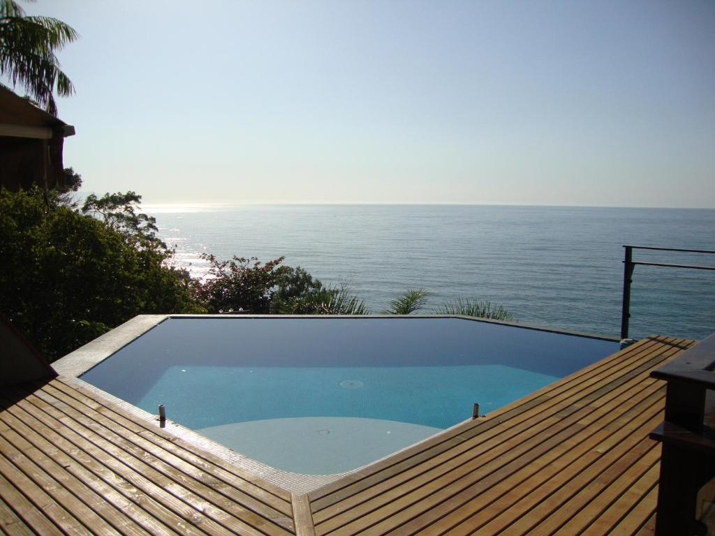 The swimming pool at or near Casa com Vista para o Mar em Ubatuba