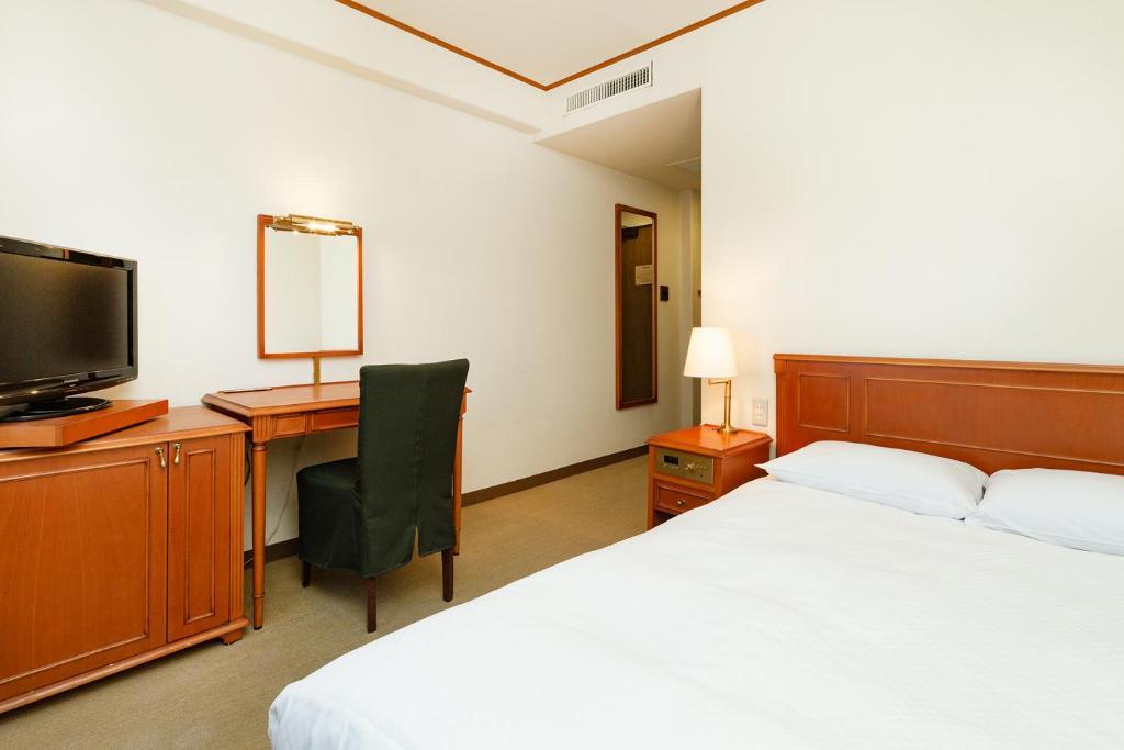 ポイント2.木目調の家具が落ち着く!清潔感ある客室