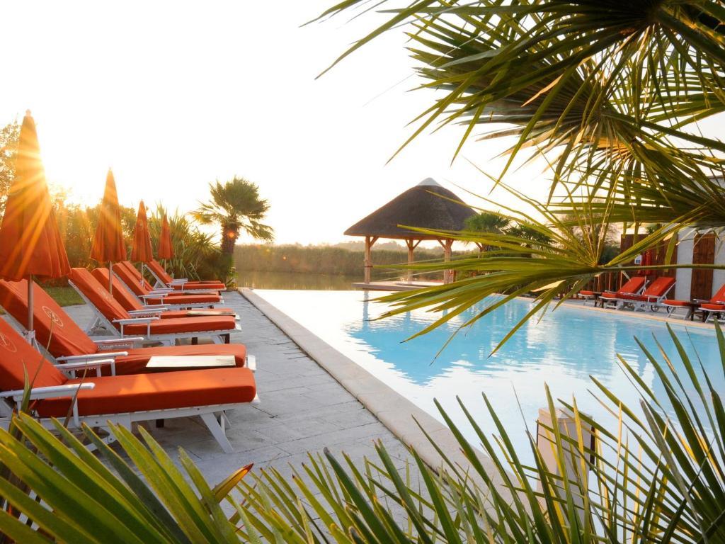 Het zwembad bij of vlak bij Hôtel L' Estelle en Camargue