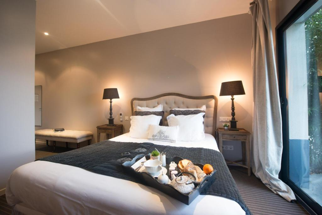 A bed or beds in a room at Hotel Le Clos De La Prairie