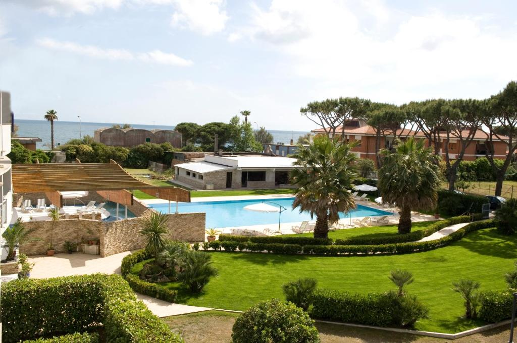 A view of the pool at Albergo Mediterraneo or nearby