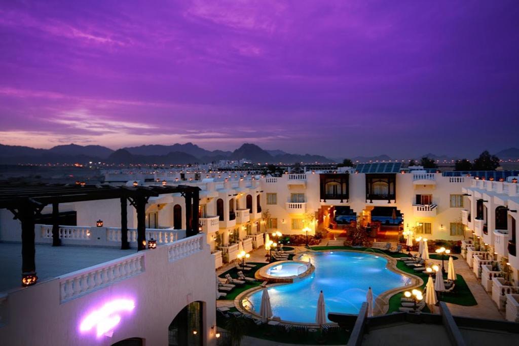 Uitzicht op het zwembad bij Oriental Rivoli Hotel & Spa of in de buurt