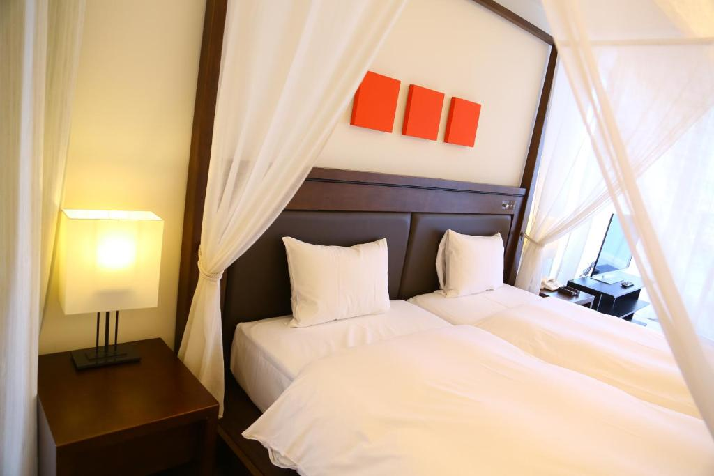 ポイント2.天蓋ベッドとオーシャンビューバスが贅沢な客室