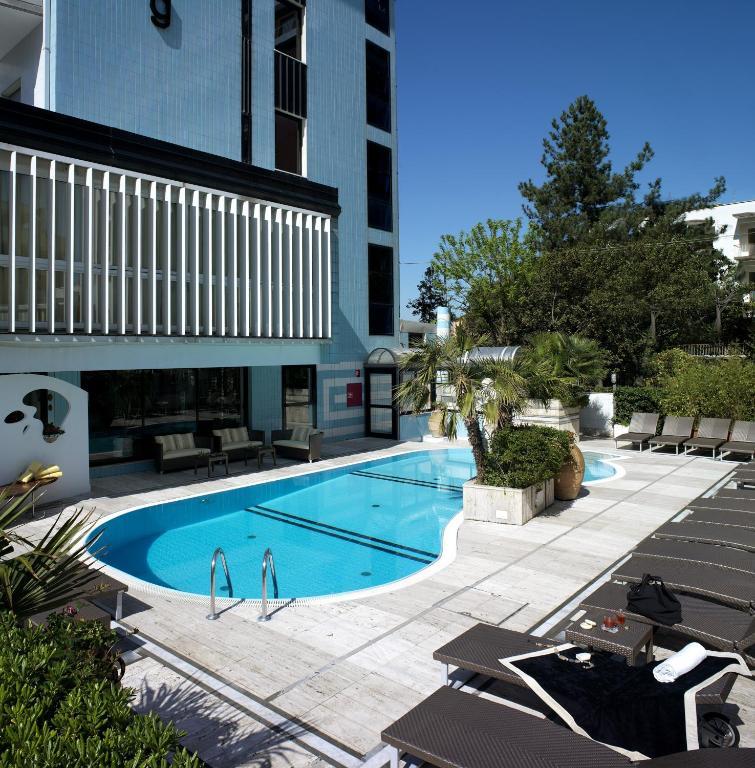 До пляжа можно дойти всего за 1 минуту. Отель Feldberg расположен всего в 2 минутах ходьбы от пляжа. В числе удобств бесплатная огороженная парковка с видеонаблюдением, бесплатный Wi-Fi, а также открытый бассейн с подогревом и зоной для отдыха с диванами. Все номера выходят на балкон.
