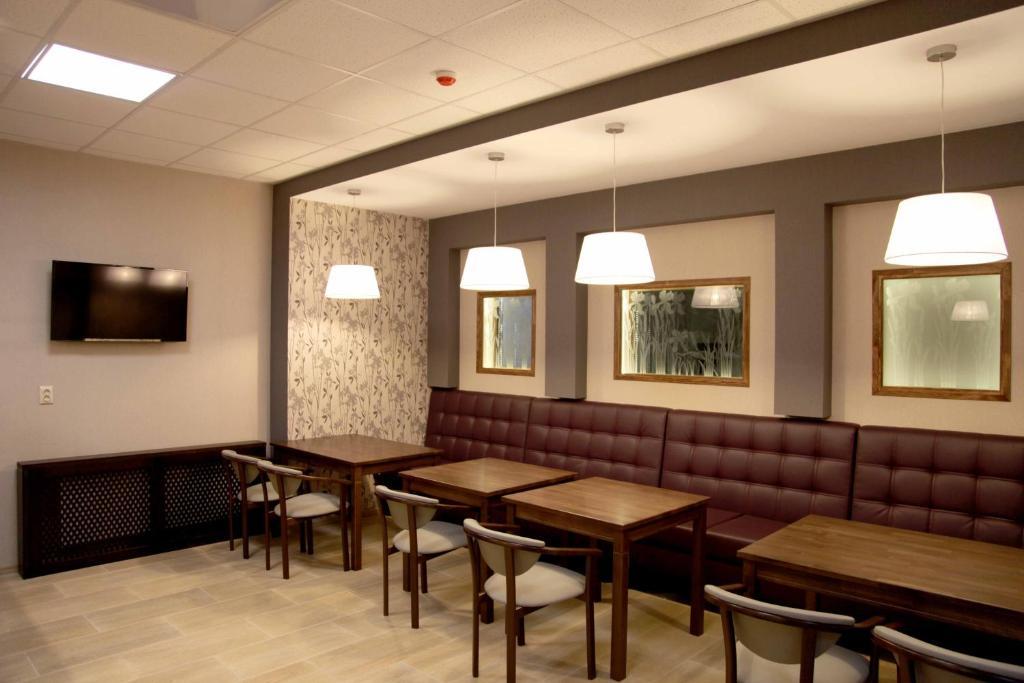 Ein Restaurant oder anderes Speiselokal in der Unterkunft irisHotels