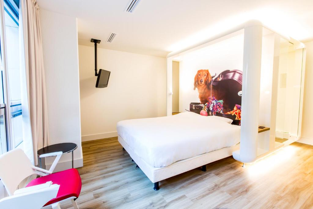 A bed or beds in a room at Qbic Hotel WTC Amsterdam