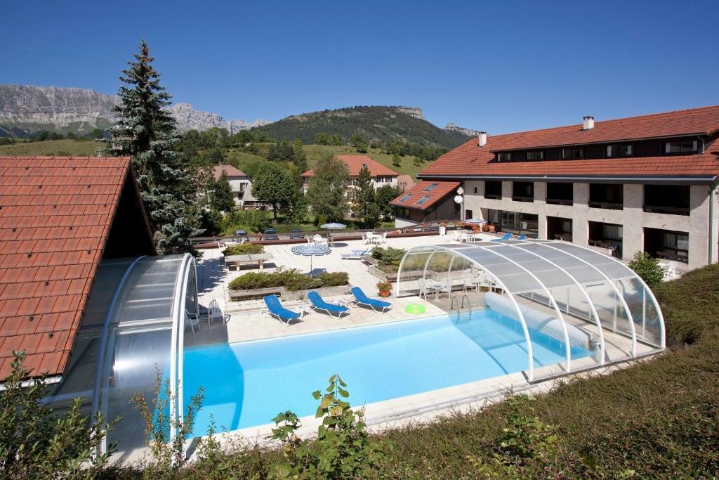 Vue sur la piscine de l'établissement Hotel le Chalet ou sur une piscine à proximité