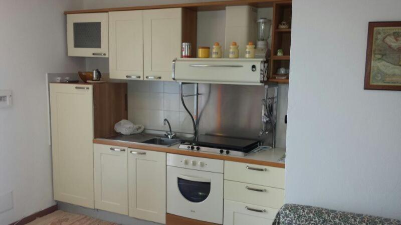 Кухня или мини-кухня в Villa Bruna