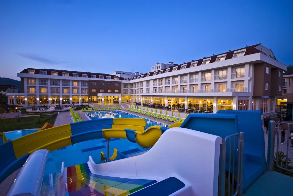До пляжа можно дойти всего за 2 минуты. Отель Whitelilyum типа «все включено» находится в Кемере. К услугам гостей открытый бассейн с водными горками, крытый бассейн и частный пляж с бесплатными зонтиками и шезлонгами. В распоряжении гостей также тренажерный зал, настольный теннис и турецкая баня.