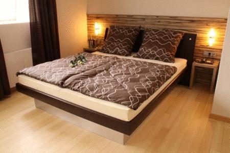 Ein Bett oder Betten in einem Zimmer der Unterkunft Designhotel Im Südfeld