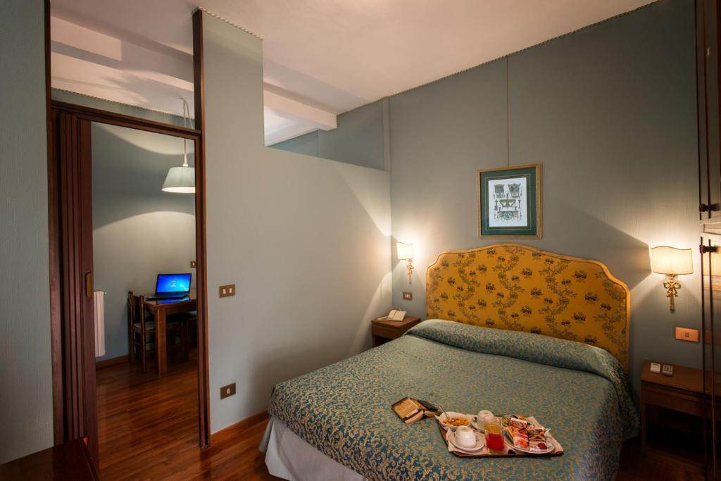 A bed or beds in a room at Hotel Ponte Bianco