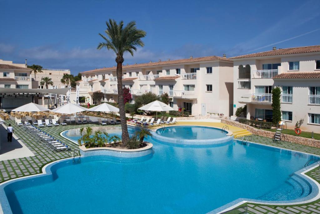 The swimming pool at or near Aparthotel Isla de Cabrera