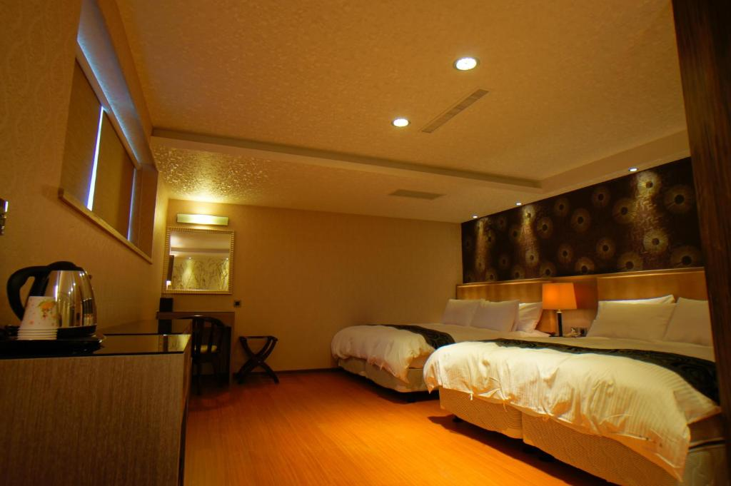 A bed or beds in a room at Dafong Hotel