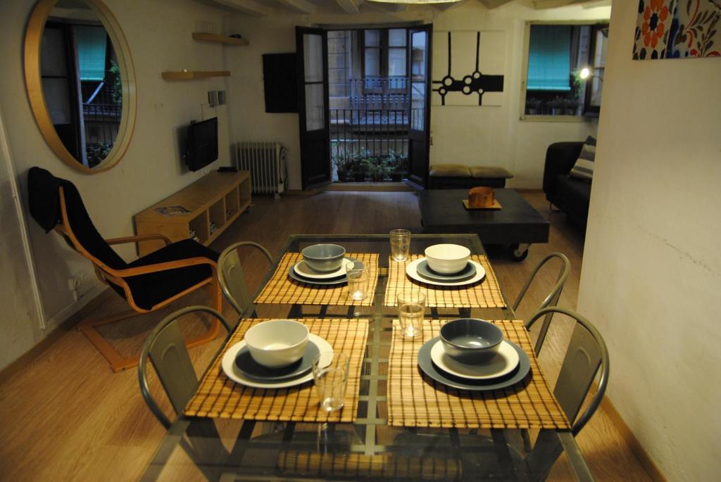 gran imagen de Romantic Chic Gothic Apartment