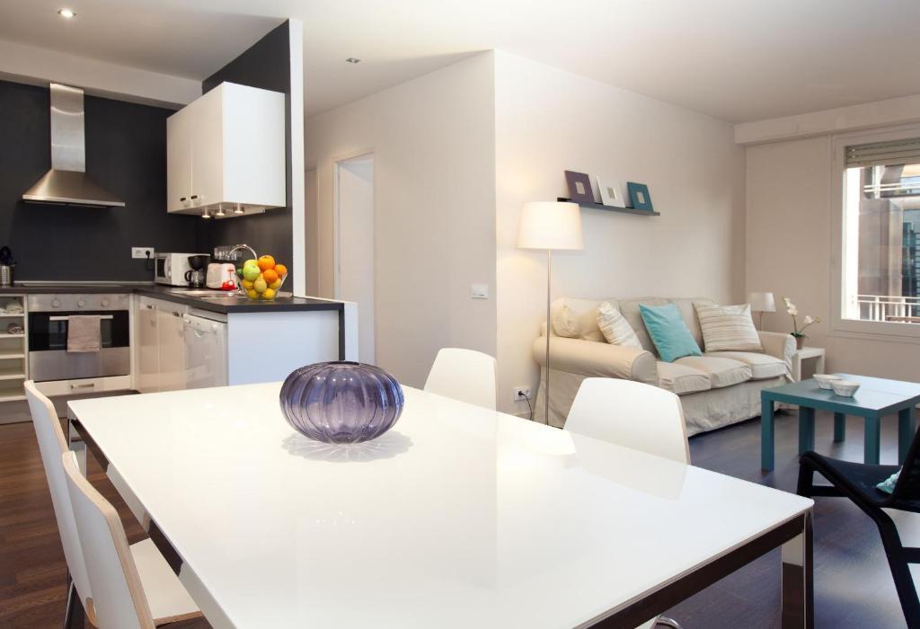 A kitchen or kitchenette at LetsGo Diagonal Avenue Apartment