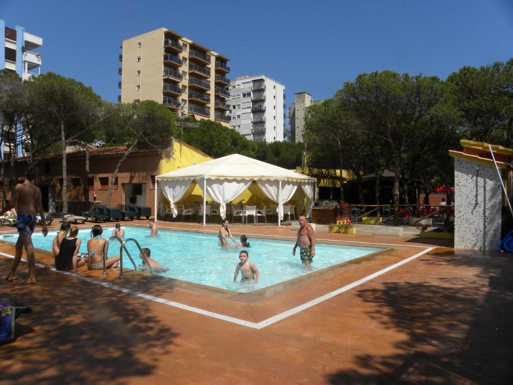 Het zwembad bij of vlak bij Camping Sabanell