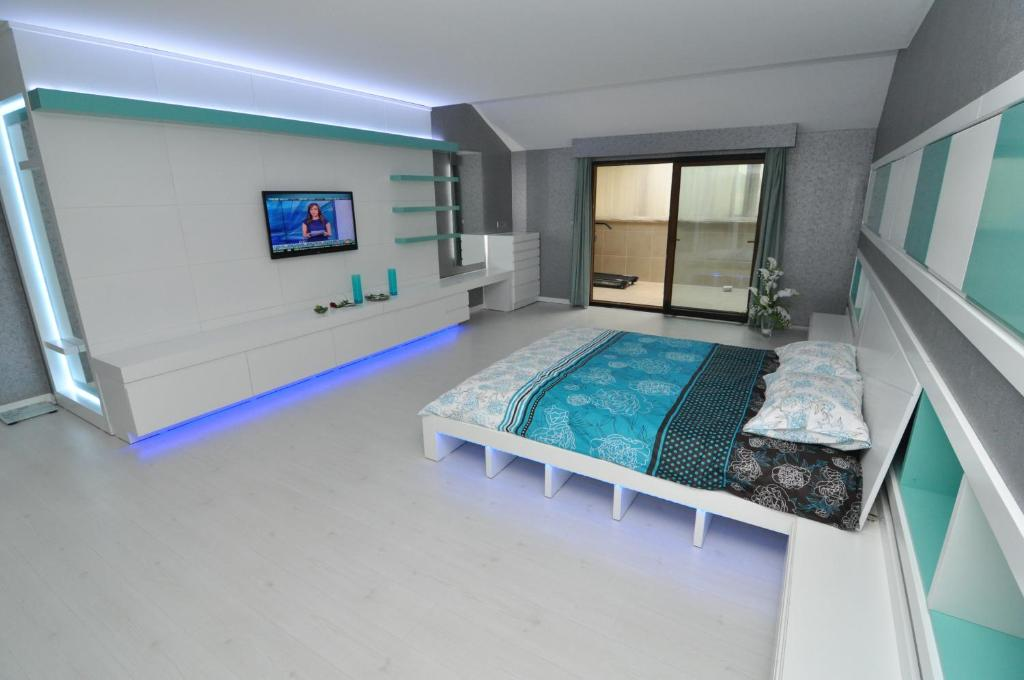 A bed or beds in a room at Dekar Apartments
