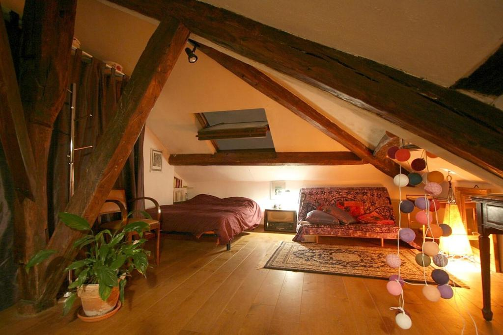 Apartment Mansarde Des Artistes Paris France Booking Com