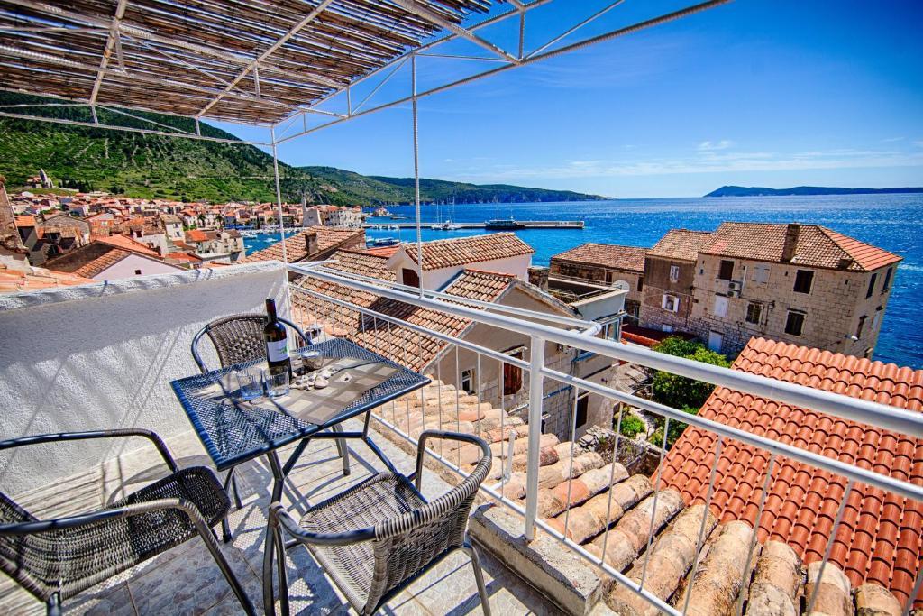 A balcony or terrace at Komiza Provita Guesthouse