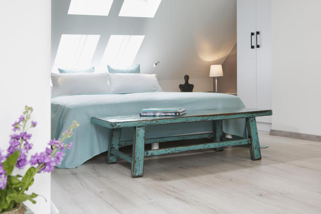 A bed or beds in a room at Altstadt-Hotel Bielefeld
