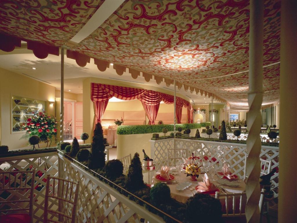 ポイント1.ロマンチックなレストランでサプライズ