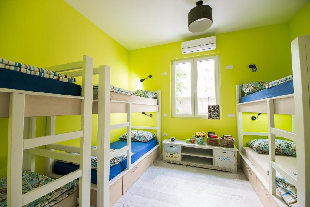 A bunk bed or bunk beds in a room at Hostel Bongo