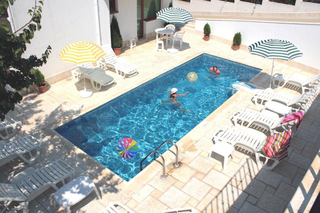 Изглед към басейн в Апартамент Анна или наблизо