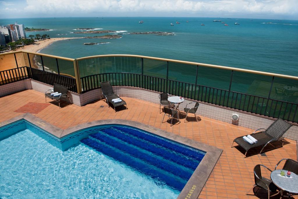A view of the pool at Quality Suites Vila Velha or nearby